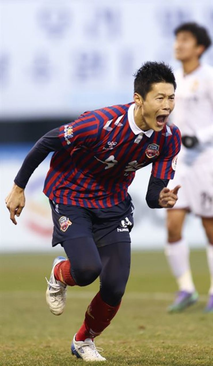 Suwon FC forward An Byong-jun celebrates after scoring a buzzer-beater goal to tie the match 1-1 against Gyeongnam FC in a K League 2 promotion play-off at Suwon Sports Complex on Nov. 29. Yonhap
