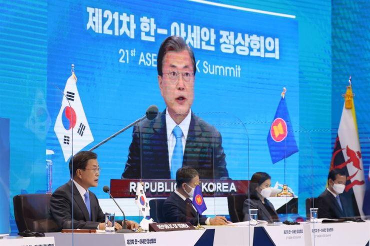 President Moon Jae-in speaks during a virtual Korea-ASEAN summit at Cheong Wa Dae, Thursday. Yonhap