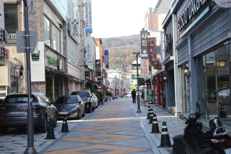 Streets are nearly empty after social distancing Level 2 was put in place in Suncheon, South Jeolla Province, Nov. 20. /Yonhap