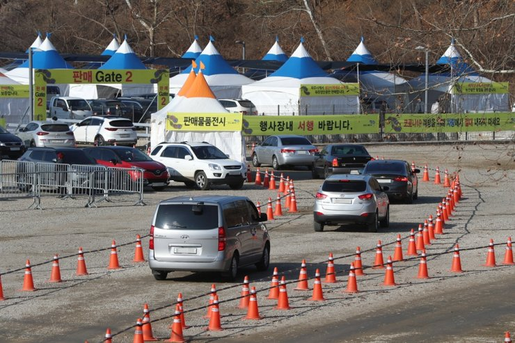 Vehicles queue up to purchase soybeans at a makeshift market prepared near Imjingang Subway Station in Paju, Gyeonggi Province, Nov. 27. The drive-thru market running until Nov. 29 replaced Paju Jangdan Soybean Festival, originally planned as a traditional street market, which was canceled due to concerns over COVID-19. Yonhap