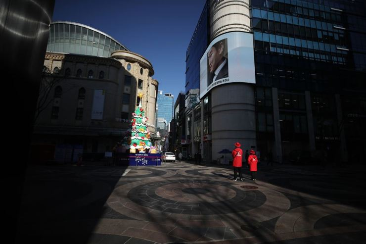 Myeong-dong, a shopping district in downtown Seoul, is almost completely devoid of shoppers, Monday, as the central government and Seoul Metropolitan Government have implemented stricter social distancing measures to stem the spread of coronavirus. Yonhap