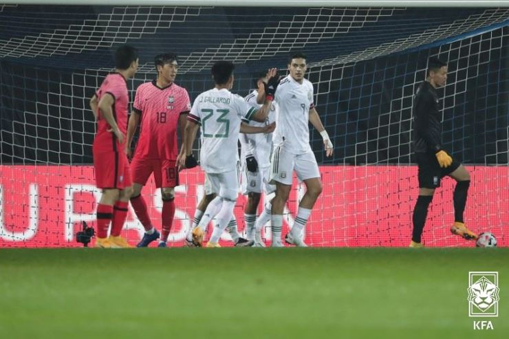 Mexico's striker Raul Jimenez, second from right, celebrates with his teammates after scoring his side's 1-1 equalizer against South Korea during the friendly match at the Stadion Wiener Neustadt in Wiener Neustadt, south of Vienna, Saturday. / Courtesy of KFA