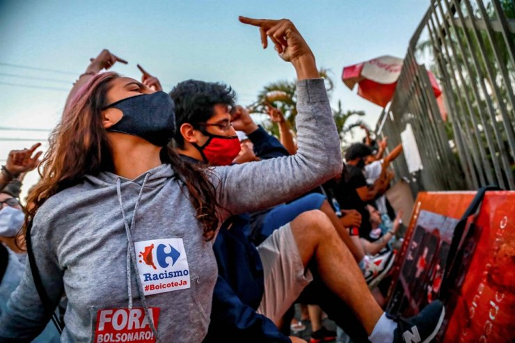People takes part in a protest against the death of Joao Alberto Silveira Freitas in front of supermarket Carrefour, where his beating took place, in Porto Alegre, Rio Grande do Sul, Brazil, on November 20, 2020. AFP-Yonhap