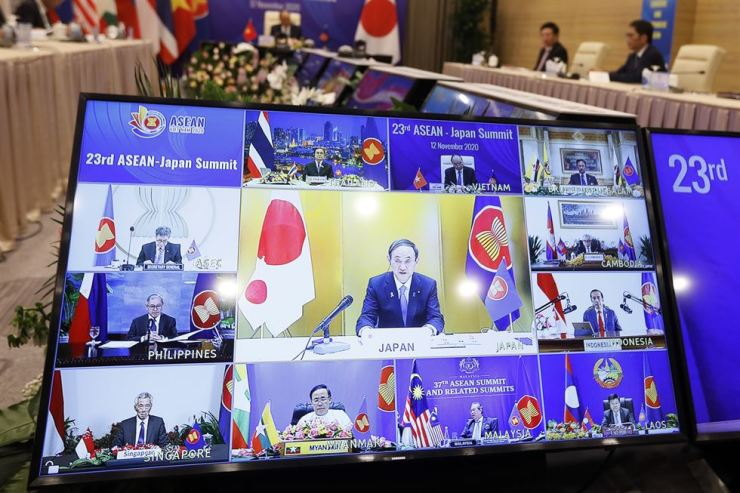Prime Minister Yoshihide Suga (center, on screen) participates in the virtual 23rd Association of Southeast Asian Nations (ASEAN)-Japan summit in Hanoi, Vietnam, Nov.12. EPA-Yonhap