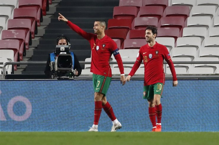 Portugal's Cristiano Ronaldo, left, is congratulated by teammate Bernardo Silva after scoring his team's sixth goal during the international friendly football match between Portugal and Andorra at the Luz stadium in Lisbon, Portugal, Wednesday. / AP-Yonhap