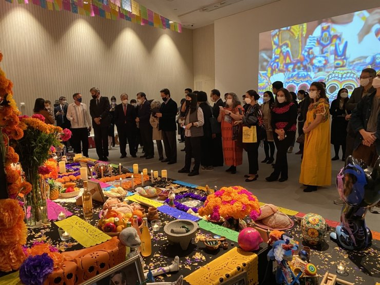 Visitors look at offerings for the dead during a pop-up exhibition on the Day of the Dead, an annual Mexican celebration of ancestors, at the National Museum of Korea in Yongsan-gu, Seoul. The exhibition will run through Nov. 8. / Courtesy of Embassy of Mexico