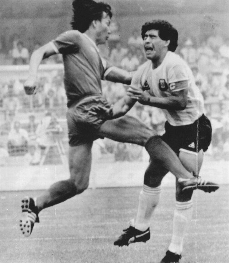 Former South Korean international Huh Jung-moo, left, kicks Diego Maradona during the Mexico World Cup group stage match between South Korea and Argentina, June 3, 1986. / Korea Times files
