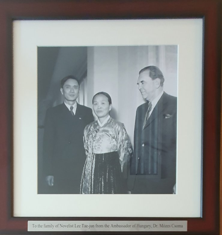 Lee Tae-jun, left, a renowned Korean novelist who settled in North Korea after the 1910-45 Japanese colonial rule, poses with North Korean Female Association Chairwoman Park Chung-ae, center, and Hungarian Institute of Cultural Exchanges head Erno Mihalyfi, during his visit to Budapest in December 1950. / Courtesy of Embassy of Hungary