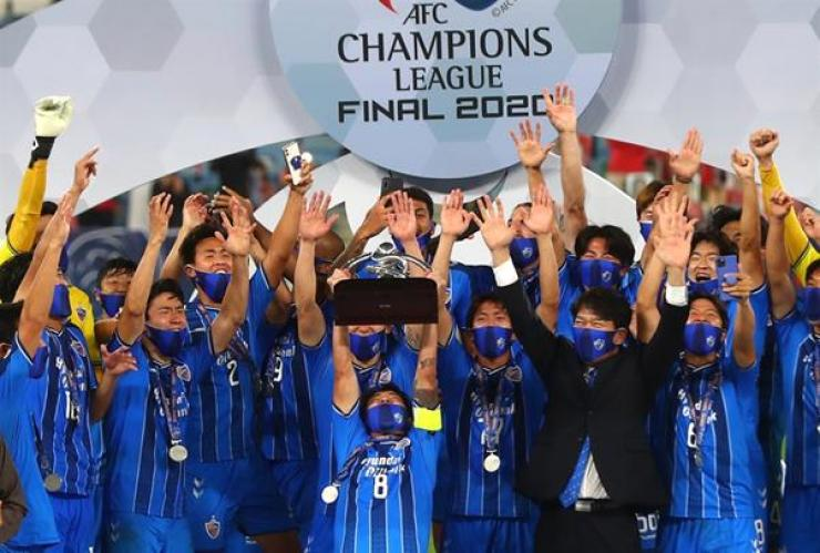 Ulsan Hyundai FC's Sin Jin-Ho lifts the trophy as they celebrate winning the 2020 AFC Champions League at Al Janoub Stadium, Al Wakrah, Qatar, Dec. 19. REUTERS-Yonhap