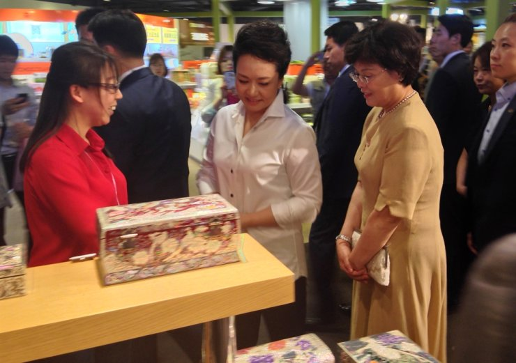 China's First Lady Peng Liyuan visits Lotte FITIN in Dongdaemun, Seoul, in this 2014 file photo. / Yonhap