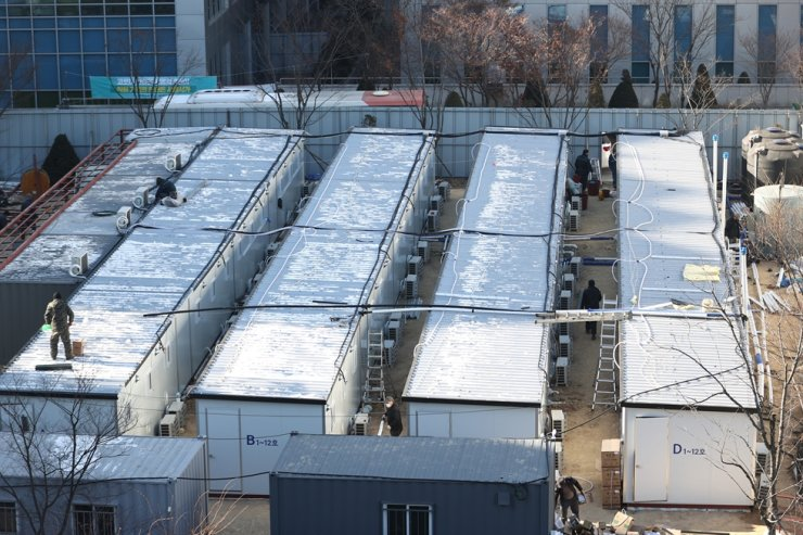 Workers install shipping container medical rooms at Seoul Medical Center in Seoul, Thursday, as part of measures to secure more hospital beds amid the third wave of COVID-19 infections here. / Yonhap