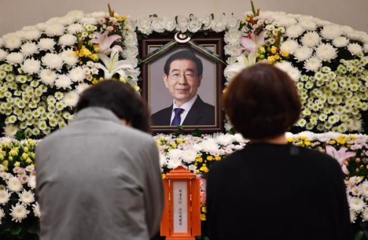 Mourners kneel before ex-Seoul Mayor Park Won-soon at his funeral house in Seoul National University Hospital in Jongno District on July 10, 2020. Courtesy of Seoul Metropolitan Government