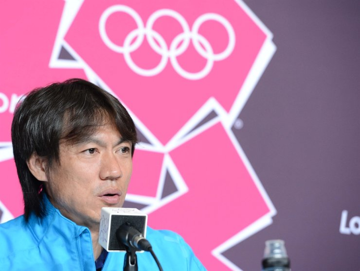 Hong Myung-bo, heading men's national football team for 2012 London Olympics, answers journalists during a press conference at Old Trafford Stadium in Manchester, England, in August 2012. Korea Times file