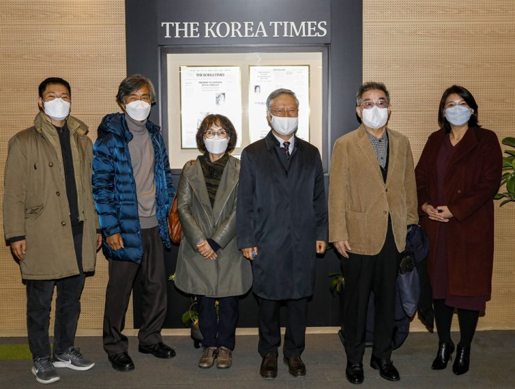 The judges for the ninth Korea Multicultural Youth Awards pose after the evaluation of award applicants at the office of The Korea Times in central Seoul, Nov. 26. They are, from left, Ju Gun-ihl, a representative of Seoul YMCA's civil society movement department; Cha Yun-kyung, former president of the Korean Association for Multicultural Education and professor at Hanyang University; Lee Nam-sook, chairwoman of Asian Friends; Kim Joon-sik, honorary chairman of Asian Friends; Sohn Wie-soo, advisor to Woongjin Foundation; and Jasmine Lee, chair of the Korea Cultural Diversity Organization. / Korea Times photo by Shim Hyun-chul