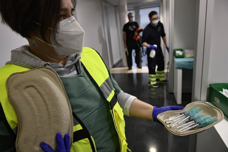 A health worker holds some Pfizer coronavirus vaccines to vaccinate health workers, in Pamplona, northern Spain, Tuesday. AP-Yonhap