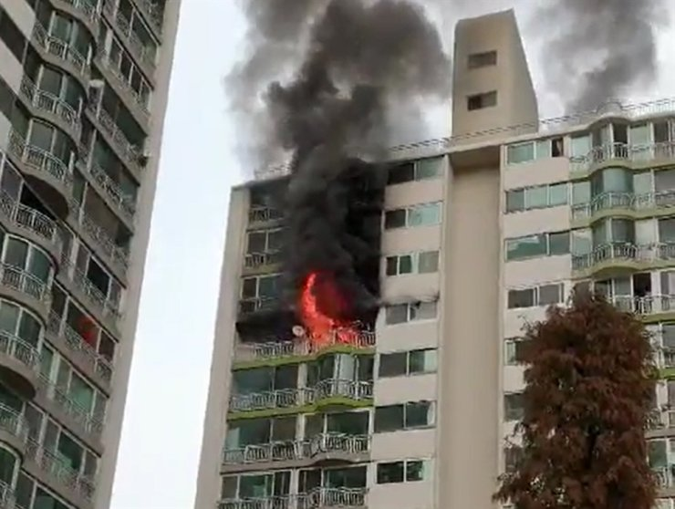 This photo, provided by a citizen, shows a fire at an apartment building located in Gunpo, 32 kilometers south of Seoul, Tuesday. / Yonhap