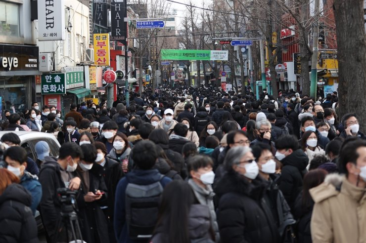 Streets near Sungkyunkwan University in Seoul's Jongno District are crowded on Dec. 5 after a national essay-type examination for university entrance in 2021 was held in the school. Yonhap