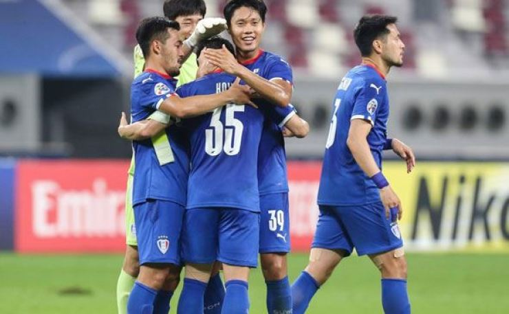 Suwon Samsung Bluewings' players celebrate a 2-0 victory over Vissel Kobe in their Group G match at the Asian Football Confederation Champions League at Khalifa International Stadium in Doha, Dec. 4. AFP-Yonhap