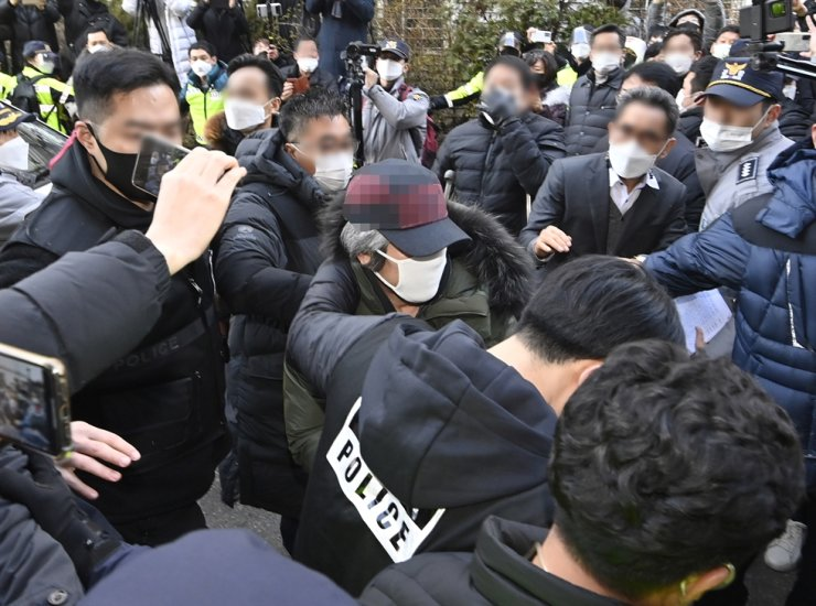 Cho Doo-soon is surrounded by a crowd near his home in Ansan, Gyeonggi Province, Saturday. Yonhap