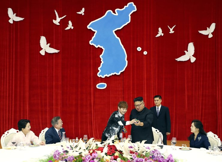 President Moon Jae-in and North Korean leader Kim Jong-un enjoy entertainment during a dinner party for Moon and first lady Kim Jung-sook during their visit to Pyongyang in September 2018. Courtesy of Cheong Wa Dae