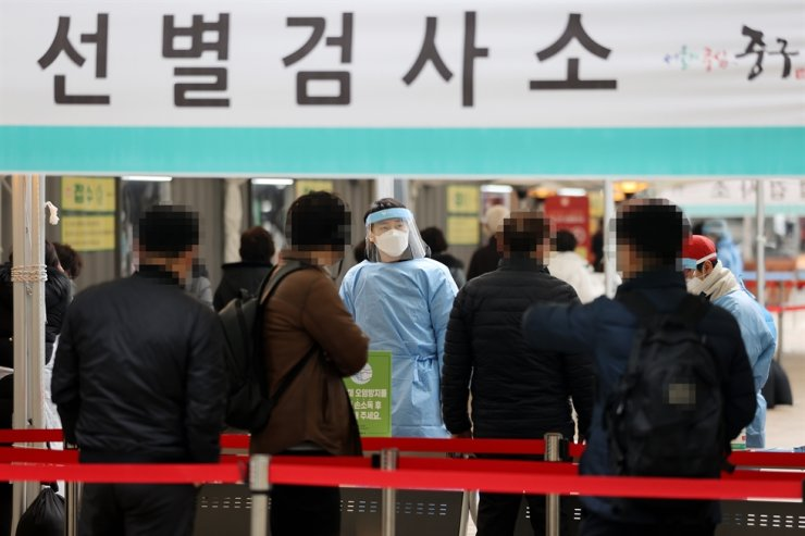 The government eased some restrictions on previously shuttered or scaled back businesses while maintaining its current social distancing measures as the number of new COVID-19 cases in the 500s for the fifth consecutive day, Friday. Yonhap