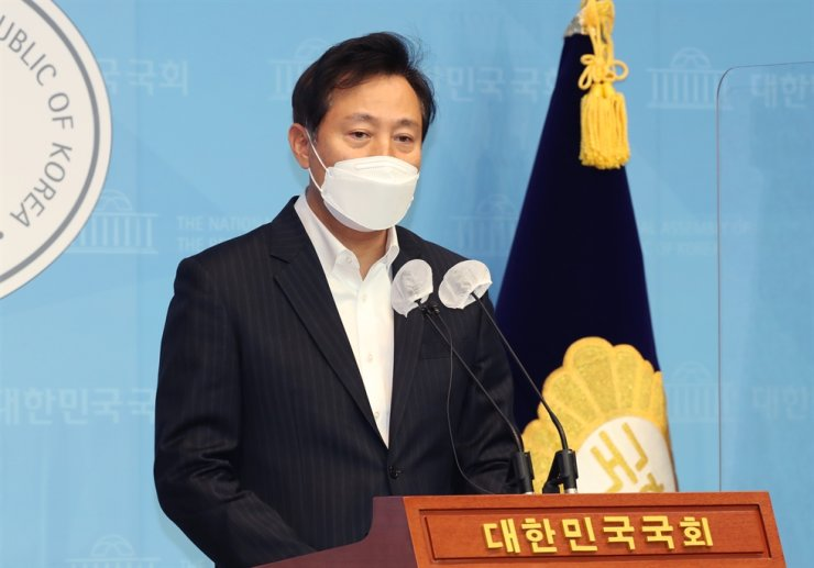Oh Se-hoon, former Seoul mayor from 2006 to 2011, holds a press conference at the National Assembly in Seoul, Jan. 7, to declare his bid to run in the April by-election for the Seoul mayoral post. Yonhap