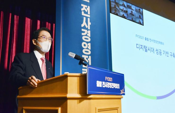 Kyobo Life Insurance Chairman Shin Chang-jae speaks during a 2021 strategy meeting with executives at its headquarters in Seoul on Jan. 8. Courtesy of Kyobo Life Insurance