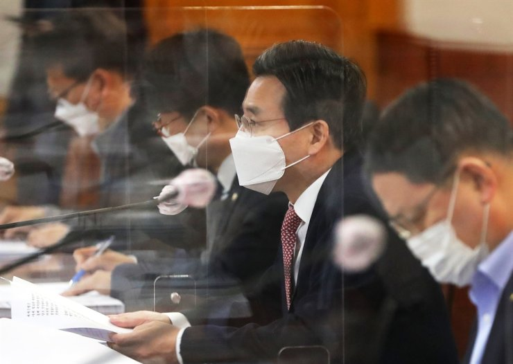 First Vice Minister of Economy and Finance Kim Yong-beom, second from right, speaks during a meeting of financial authorities at the Korea Federation of Banks, in Seoul. Yonhap