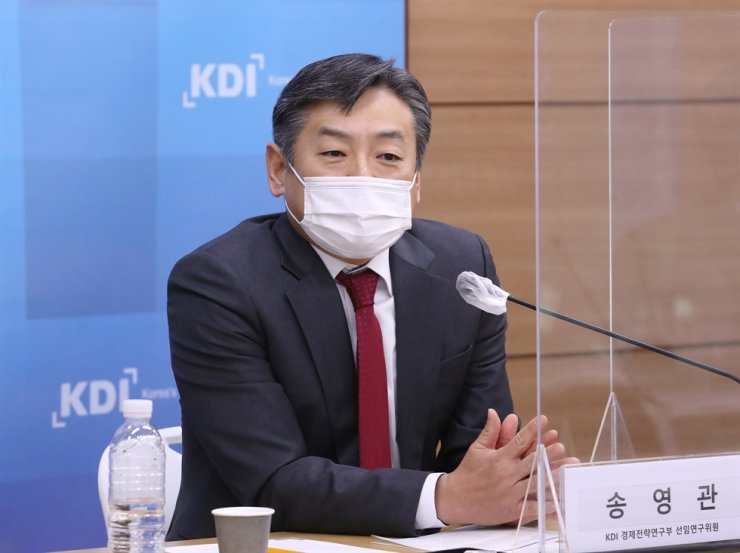 Korea Development Institute (KDI) researcher Song Yeong-kwan speaks during a press briefing at the Sejong Government Complex, Tuesday. Courtesy of KDI