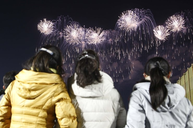 North Korean people watch fireworks during the country's New Year's celebration at Kim Il Sung Square in Pyongyang, Friday. / AP-Yonhap