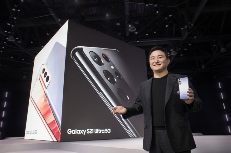 Roh Tae-moon, president and head of mobile communications business at Samsung Electronics, poses with the company's Galaxy S21 smartphone during the Samsung Galaxy Unpacked 2021 event held online, Friday. / Courtesy of Samsung Electronics