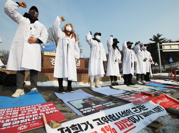 Members of associations of pilates studios or fitness gyms in South Korea on Tuesday demand in front of the Gyeonggi Provincial Government Office in Suwon the country repeal a regulation that bans gatherings at indoor gyms to prevent spread of COVID-19 disease. Yonhap