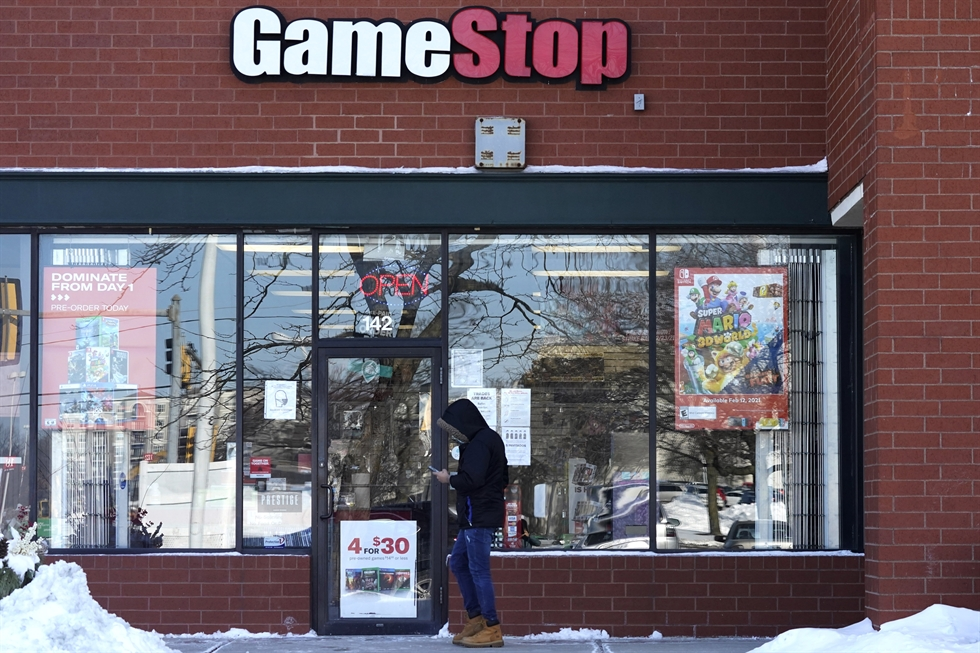 People enter a GameStop store during 'Black Friday' sales in Carle Place, New York November 25, 2011. REUTERS-Yonhap