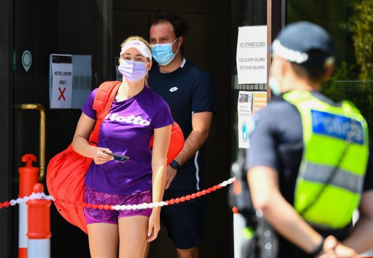 A tennis player and coach leave their hotel to train in Melbourne in January 17, 2021, as players quarantine in hotels ahead of the Australian Open tennis tournament. AFP-Yonhap
