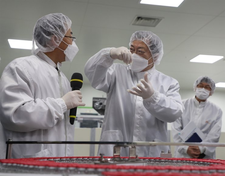President Moon Jae-in visits SK Bioscience's plant located in Andong, North Gyeongsang Province, a contract-manufacturer of AstraZeneca's COVID-19 vaccines, Wednesday. / Yonhap