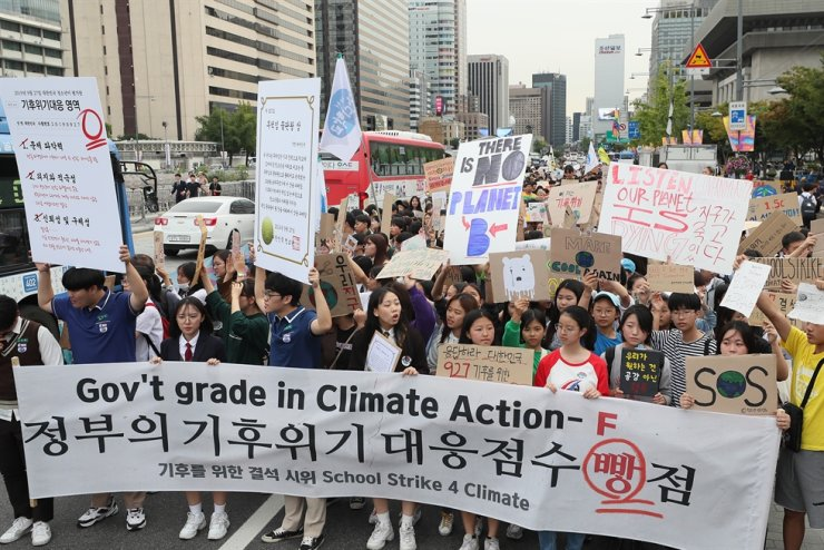 Students march toward Cheong Wa Dae from Gwanghwamun Square in Seoul's Jongno District on Sept. 27, 2019, to condemn the government for having failed to counter climate change's impacts on the country. Yonhap