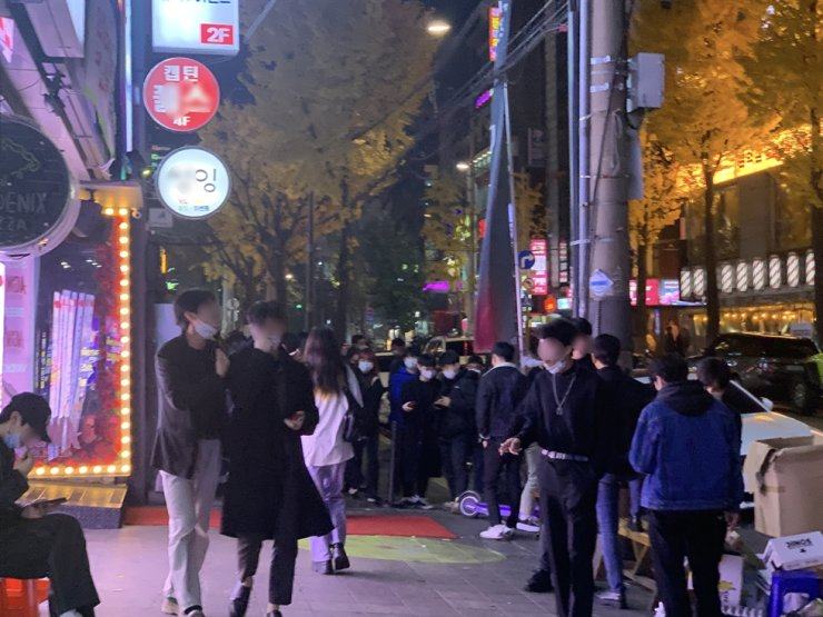 A busy street near Hongik University in western Seoul, host to many clubs, is seen in this Nov. 13 file photo. Korea Times photo by Kim Young-hoon