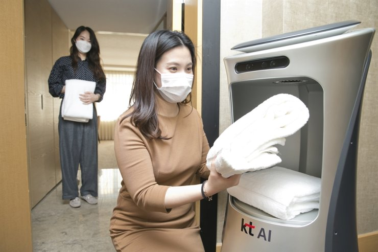 A KT AI hotel robot delivers towels to guests. KT and Josun Hotels & Resorts signed a MOU, Dec. 17, to use the robots in the latter's new premises. / Courtesy of KT