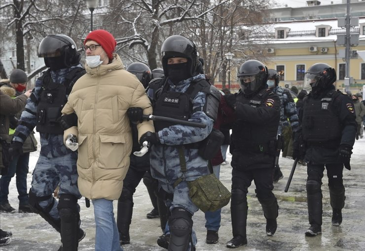 Police detain protesters during a protest against the jailing of opposition leader Alexei Navalny in Moscow, Russia, Sunday, Jan. 31, 2021. / AP-Yonhap