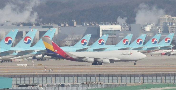Airplanes of Korean Air and Asiana Airlines are seen at Incheon International Airport / Yonhap