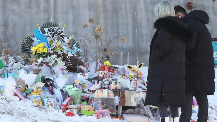 Citizens visit the grave of a 16-month-old girl who died at the hands of abusive parents, at Hi Family Andersen Park Cemetery in Yangpyeong County, Gyeonggi Province, Jan. 7. Yonhap