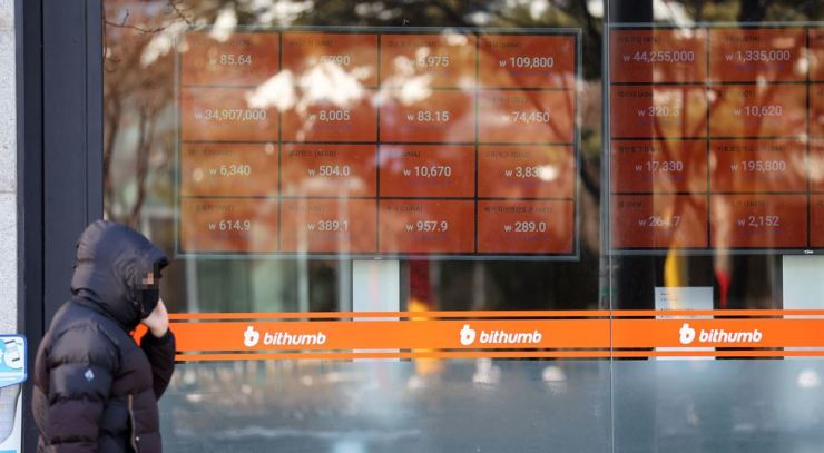A pedestrian walks in front of an office of bithumb, a Seoul-based cryptocurrency exchange, on Jan. 8 when its price topped 40 million won for the first time. Yonhap