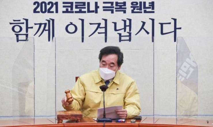 Democratic Party of Korea (DPK) Chairman Rep. Lee Nak-yon proposes a highly controversial profit-sharing scheme during the party's Supreme Council meeting at the National Assembly in Seoul on Jan. 10. / Yonhap