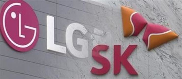 Corporate logos of LG and SK are seen in this photo, Friday. Korea Times file