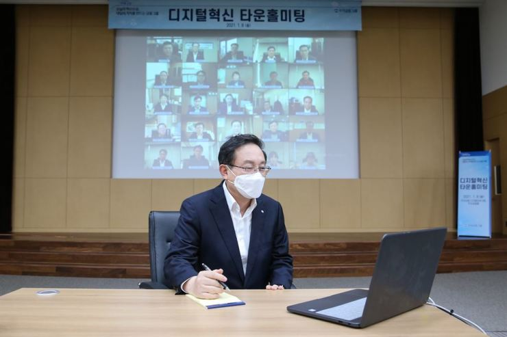 Woori Financial Group Chairman Son Tae-seung holds an online meeting with top executives at the group's headquarters in Seoul, Jan. 8. Courtesy of Woori Financial Group