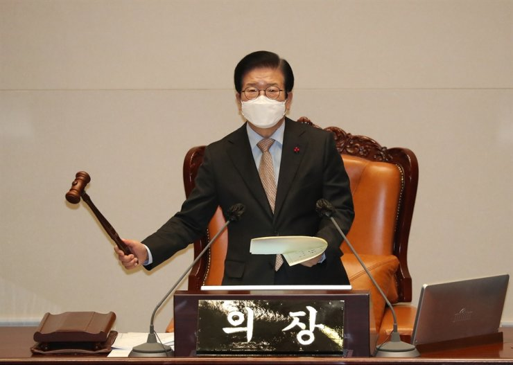 National Assembly Speaker Park Byeong-seug bangs the gavel during a plenary session at the National Assembly in Seoul, Jan. 8. Yonhap