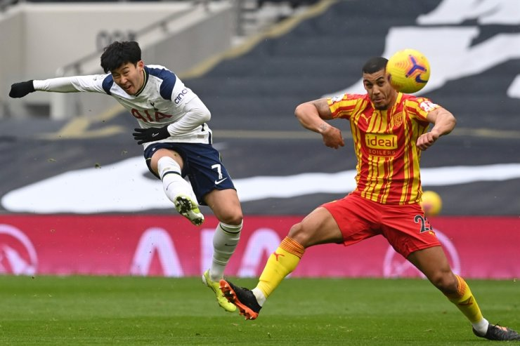Tottenham Hotspur's Korean striker Son Heung-min, left, has an unsuccessful shot during the English Premier League football match against West Bromwich Albion at Tottenham Hotspur Stadium in London, Feb. 7, 2021. AFP