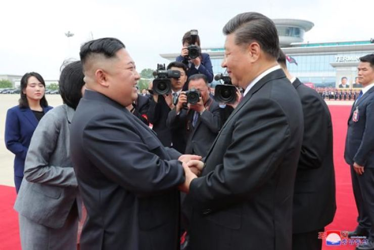 Chinese President Xi Jinping, right, arrives in Pyongyang in June 2019 for a summit with North Korean leader Kim Jong-un. Korea Times file