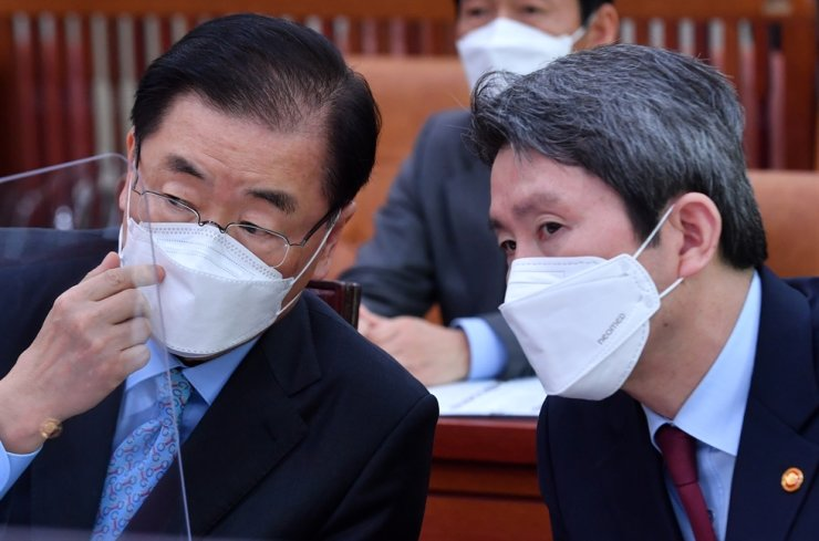 Unification Minister Lee In-young, right, participates in a plenary meeting of the National Assembly Foreign Affairs and Unification Committee, Monday. On his left is Foreign Minister Chung Eui-yong. Yonhap