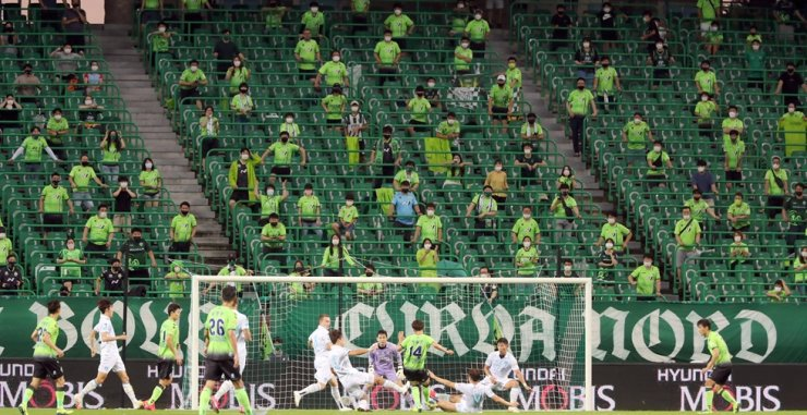 Fans watch the K League 1 game between Jeonbuk Hyundai and Pohang Steelers at the Jeonju World Cup Stadium in North Jeolla Province, Aug. 1. / Yonhap